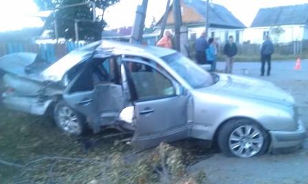 В Асбесте Mercedes разбился о бетонный столб