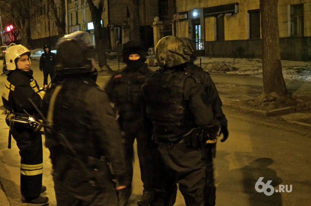 Заложниц освободили. Бойцы СОБРа штурмом взяли квартиру наркоманов на Эльмаше