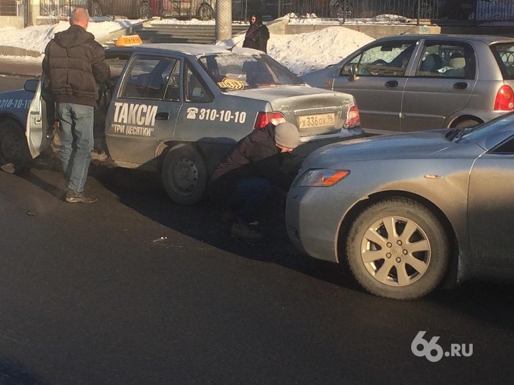 Возле Малышевского кольца Toyota врезалась в такси