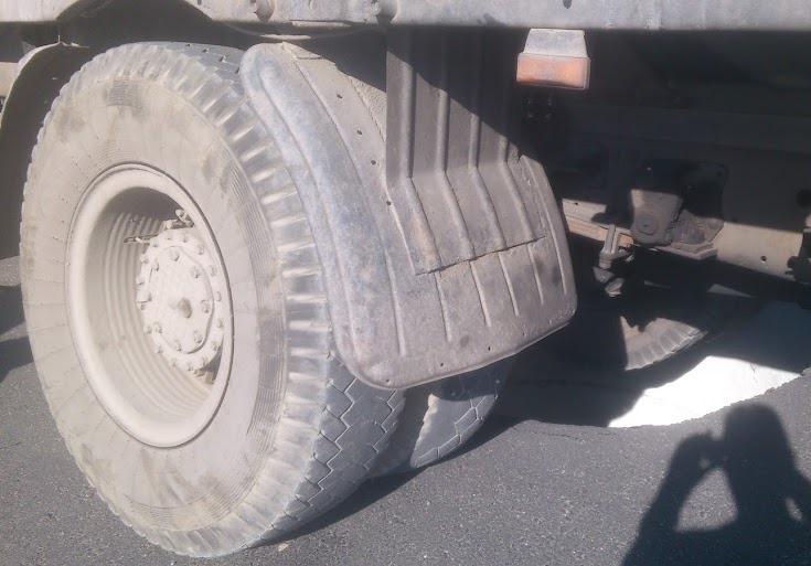 В Екатеринбурге грузовик провалился в дыру на «свежем» асфальте