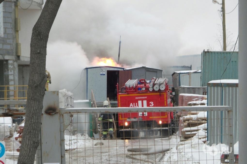 На Заводской загорелись строительные вагончики