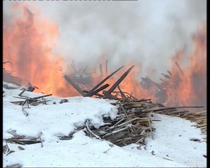 В поселке под Екатеринбургом горела свалка древесины
