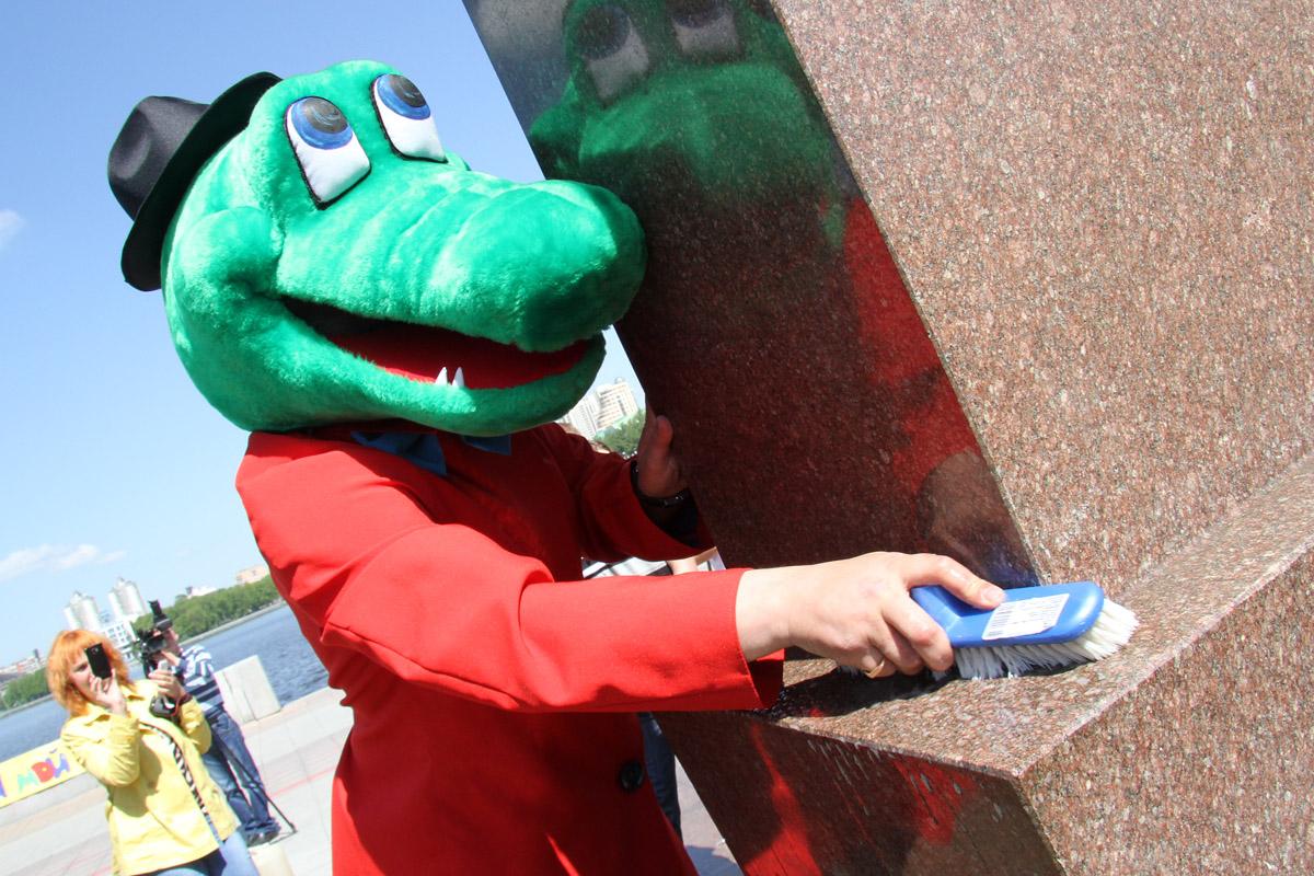 Крокодил Гена послал коммунальщикам мыло и щетки