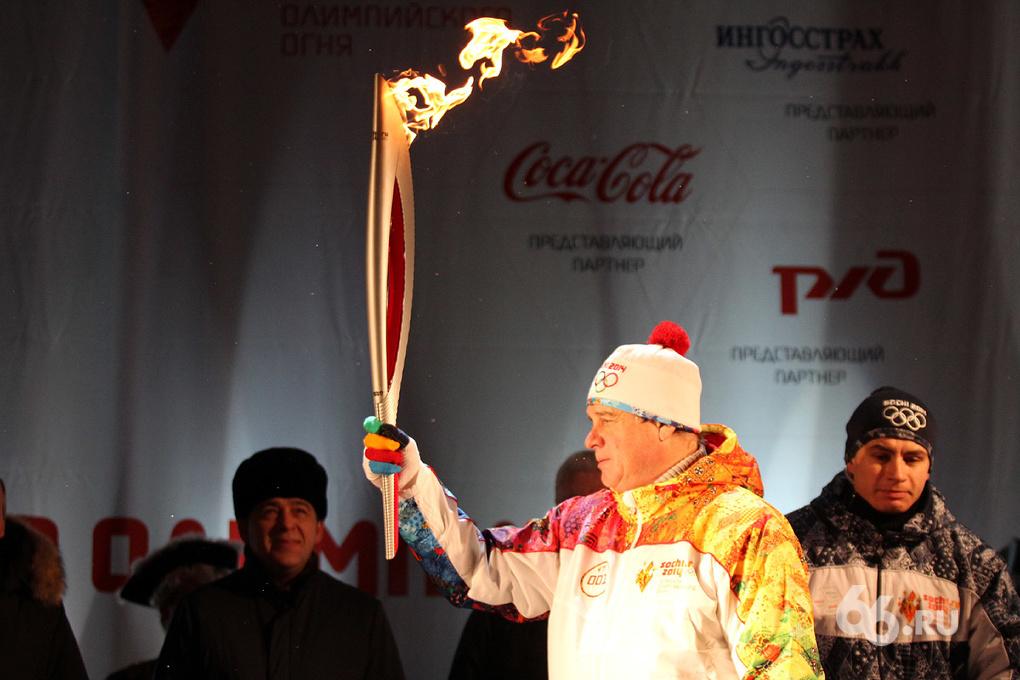 Олимпийский огонь прибыл в Екатеринбург и сжег шапку факелоносца