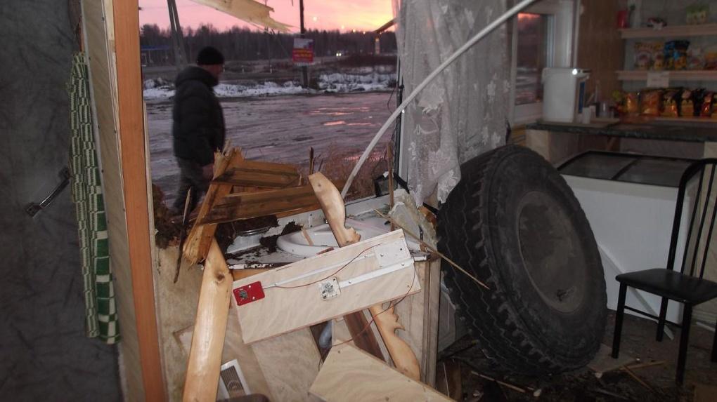 На Пермском тракте отлетевшее колесо бетономешалки покалечило бармена в кафе