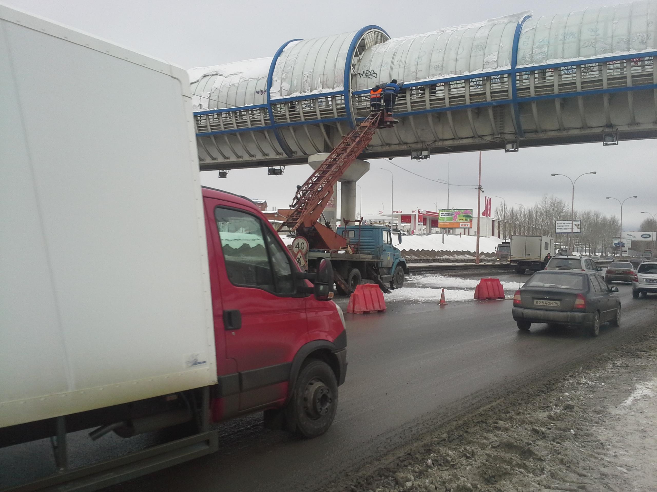 На Объездной снег упал с моста и повредил две машины