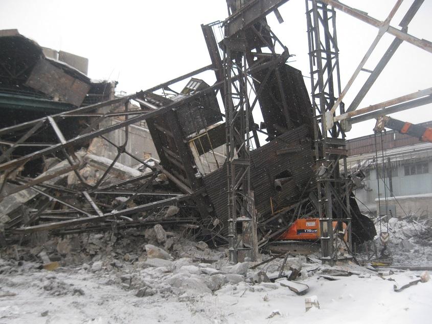 Водитель экскаватора в Каменске-Уральском погиб под рухнувшей конструкцией