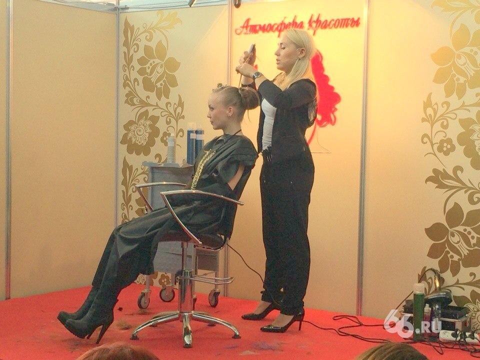 Красота по-московски. Длинные каштановые волосы превращаются во «Вспышку света»