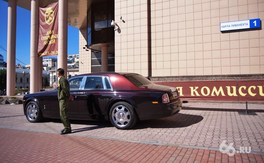 Красота: водитель запарковал Rolls-Royce на тротуаре в центре Екатеринбурга