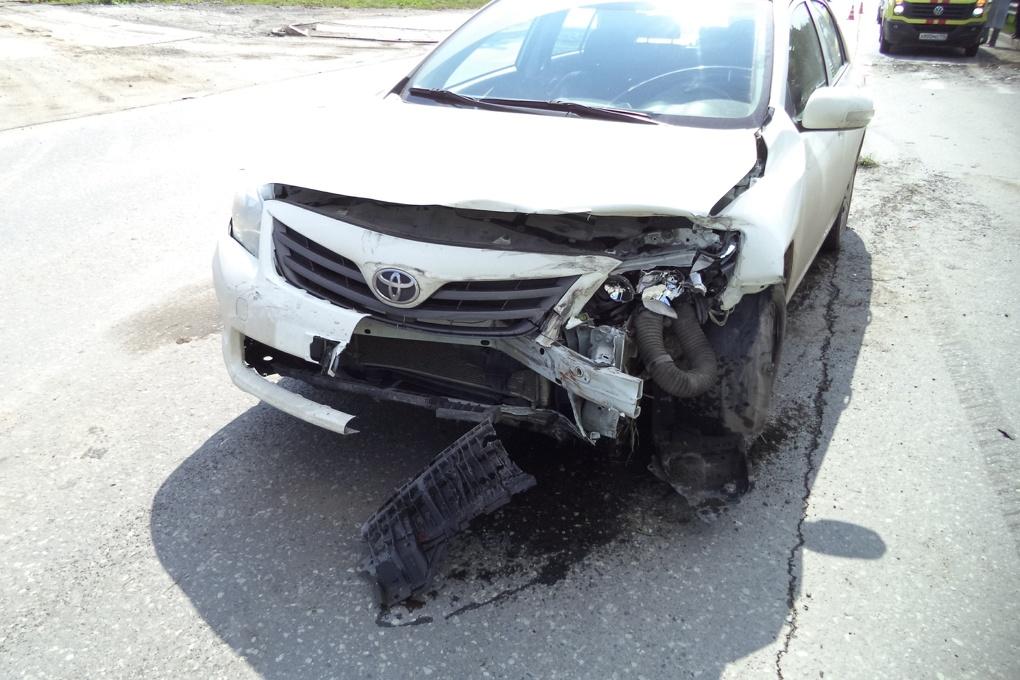 В Базовом переулке Toyota врезалась в светофор