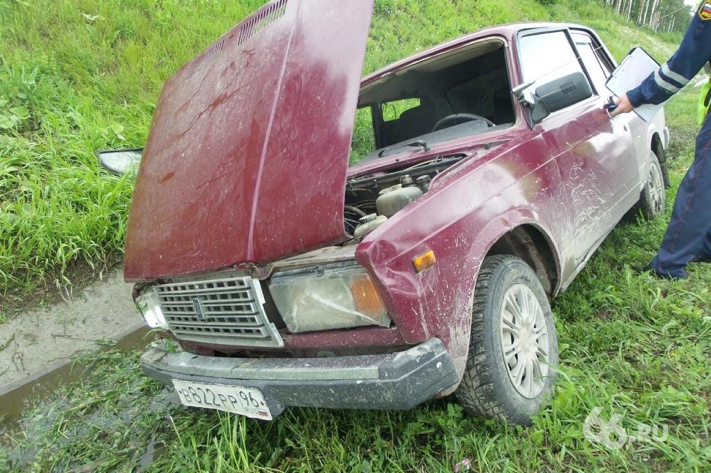 Водитель отвлекся: на Кольцовской трассе «семерка» улетела в кювет
