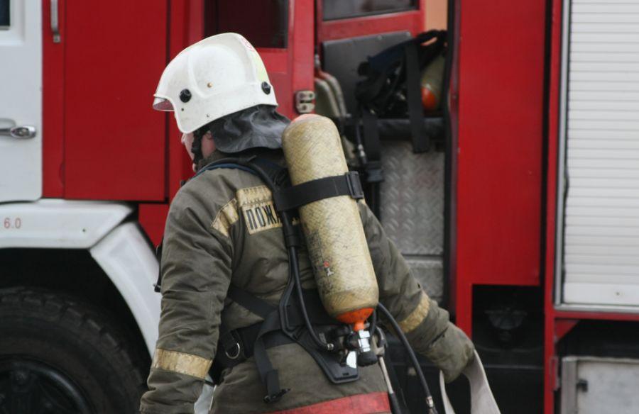 В Березовском горит здание бывшей ковровой фабрики