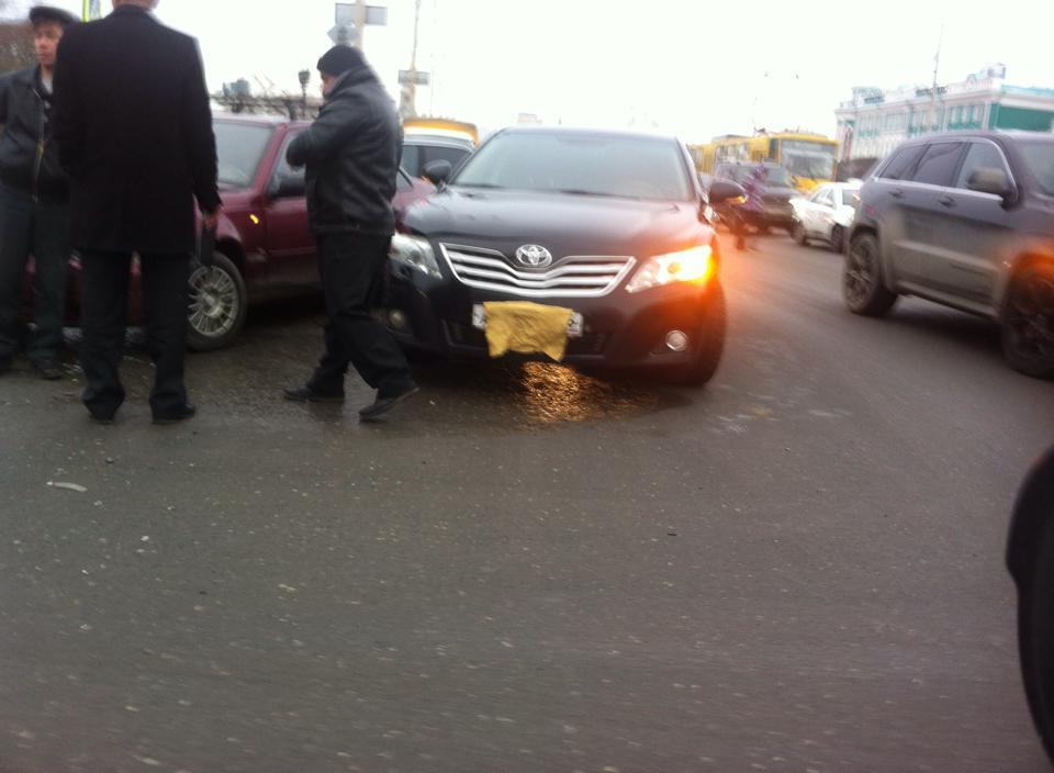 Под окнами Куйвашева водитель правительственной Camry устроил ДТП и завесил номера
