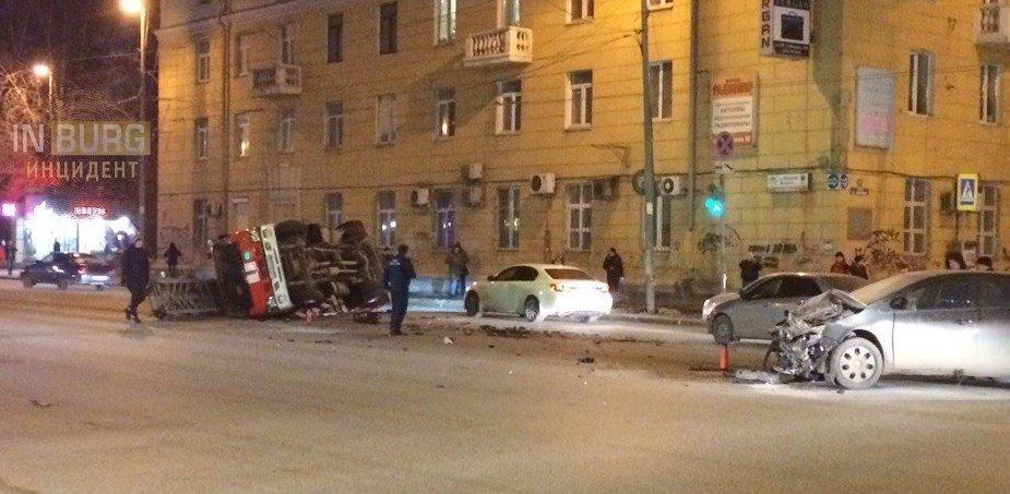 На перекрестке улиц Малышева и Мамина-Сибиряка перевернулась пожарная машина. Фото