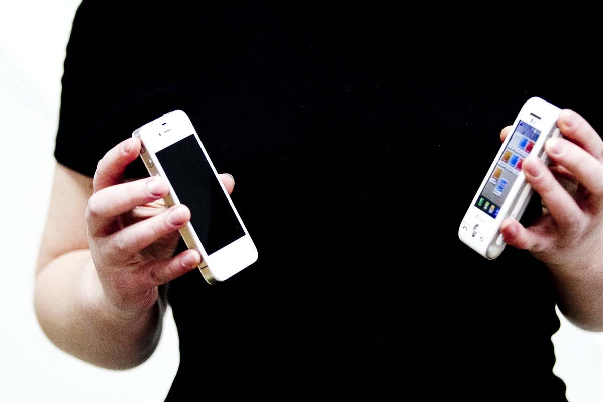 «Красный крест» раздает мобильники свердловским пенсионерам