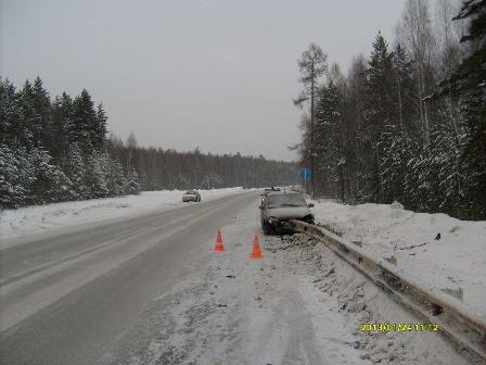 На Режевском тракте дорожное ограждение пронзило ВАЗ
