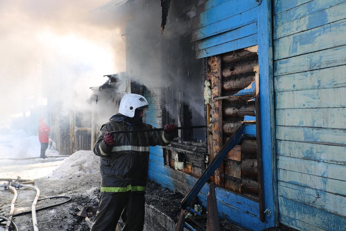 В Среднеуральске пьяный мужчина убил соседа и поджег его дом