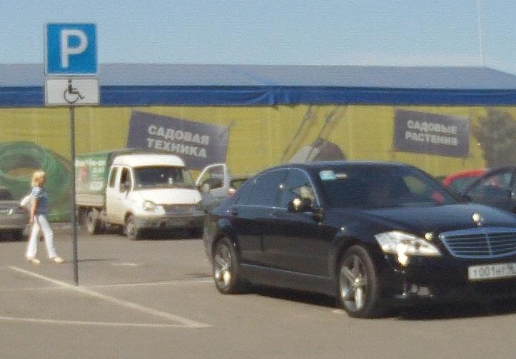 В Екатеринбурге «Мерседес» с маркировкой «ЕР» занял парковку для инвалидов