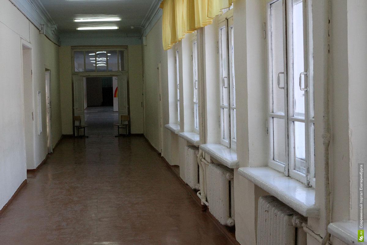 В школе на Крауля 8-летний мальчик упал с третьего этажа