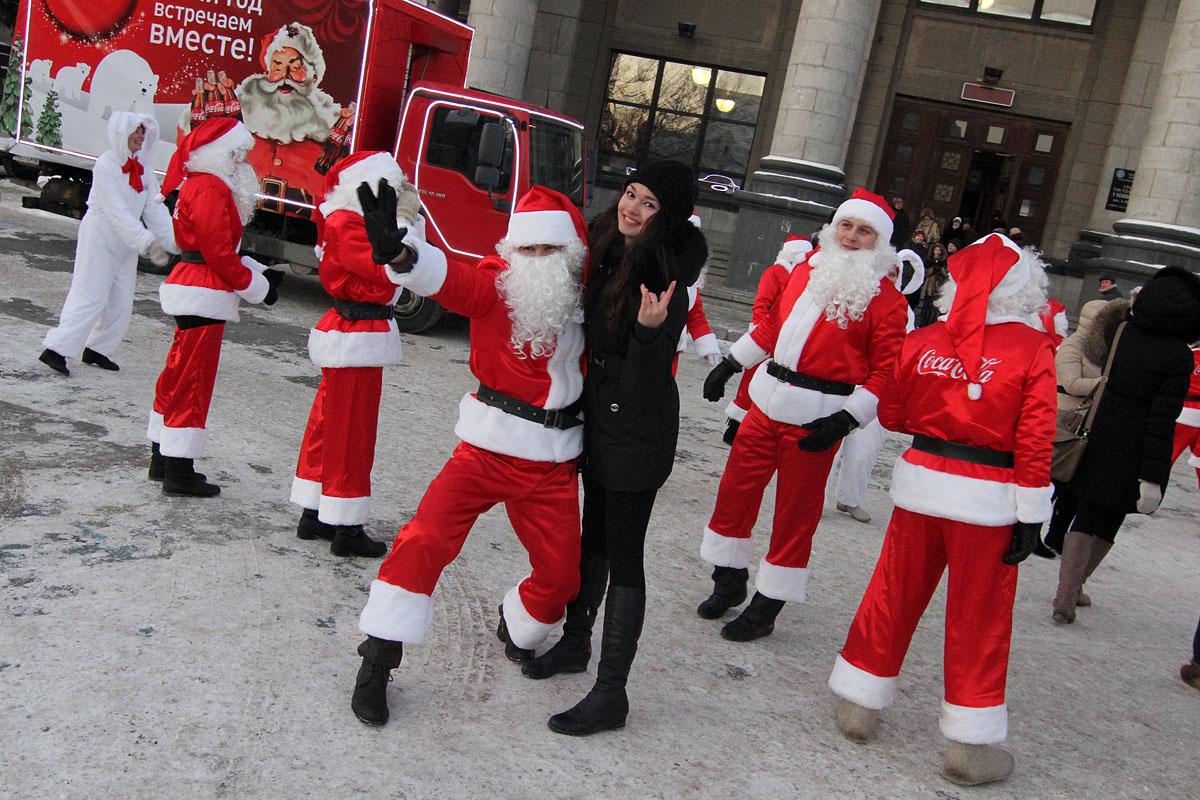 Нашествие Санта-Клаусов в Екатеринбурге: песни, пляски и подарки