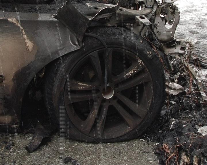 В Первоуральске в центре города сгорел автомобиль за 2 млн рублей