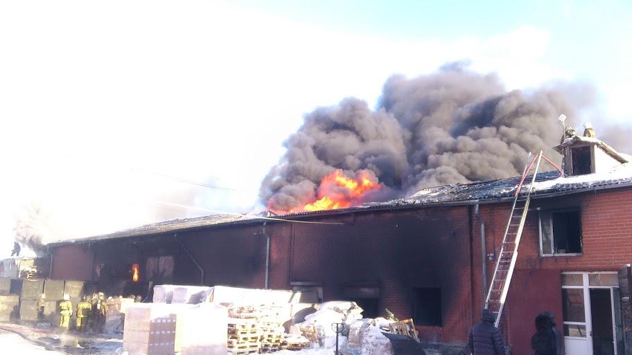Пожар на Карьерной тушат до сих пор