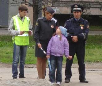 Школьники напомнили пешеходам о культуре поведения на дорогах
