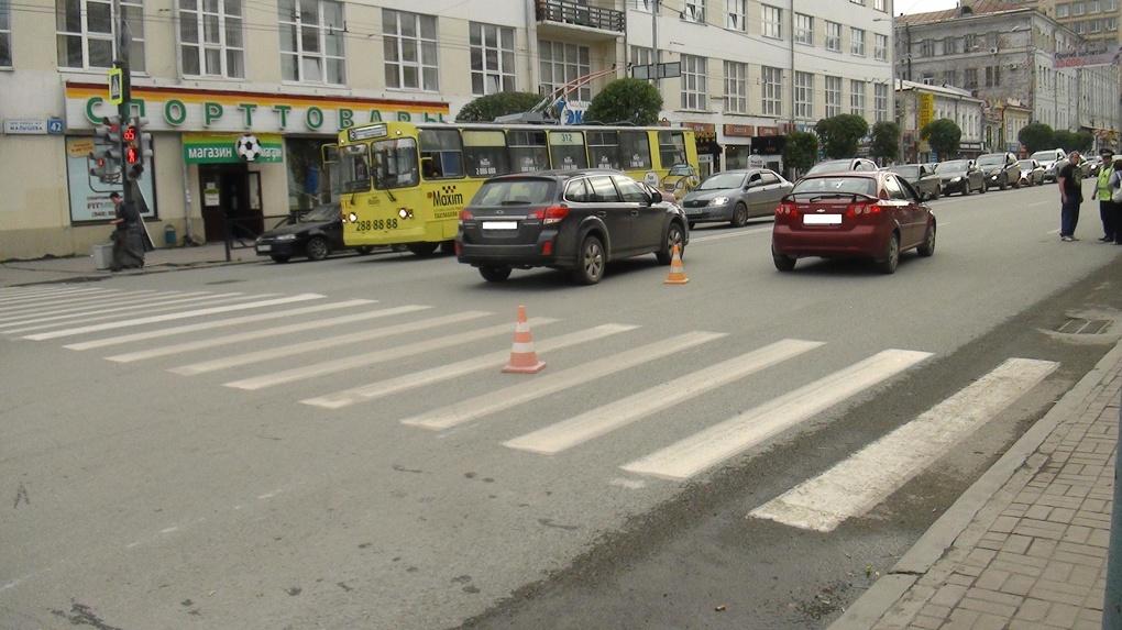 Иномарка сбила двух женщин на Малышева