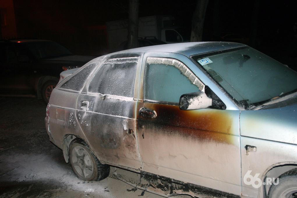 В Железнодорожном районе неизвестные спалили несколько машин