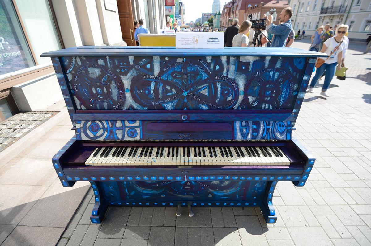 «Рояль в цветах»: на Вайнера выставили расписные музыкальные инструменты