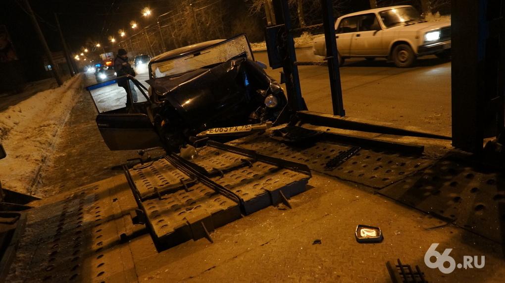 В районе Уктуса «Жигули» влетели под автовоз. Водитель ВАЗа погиб