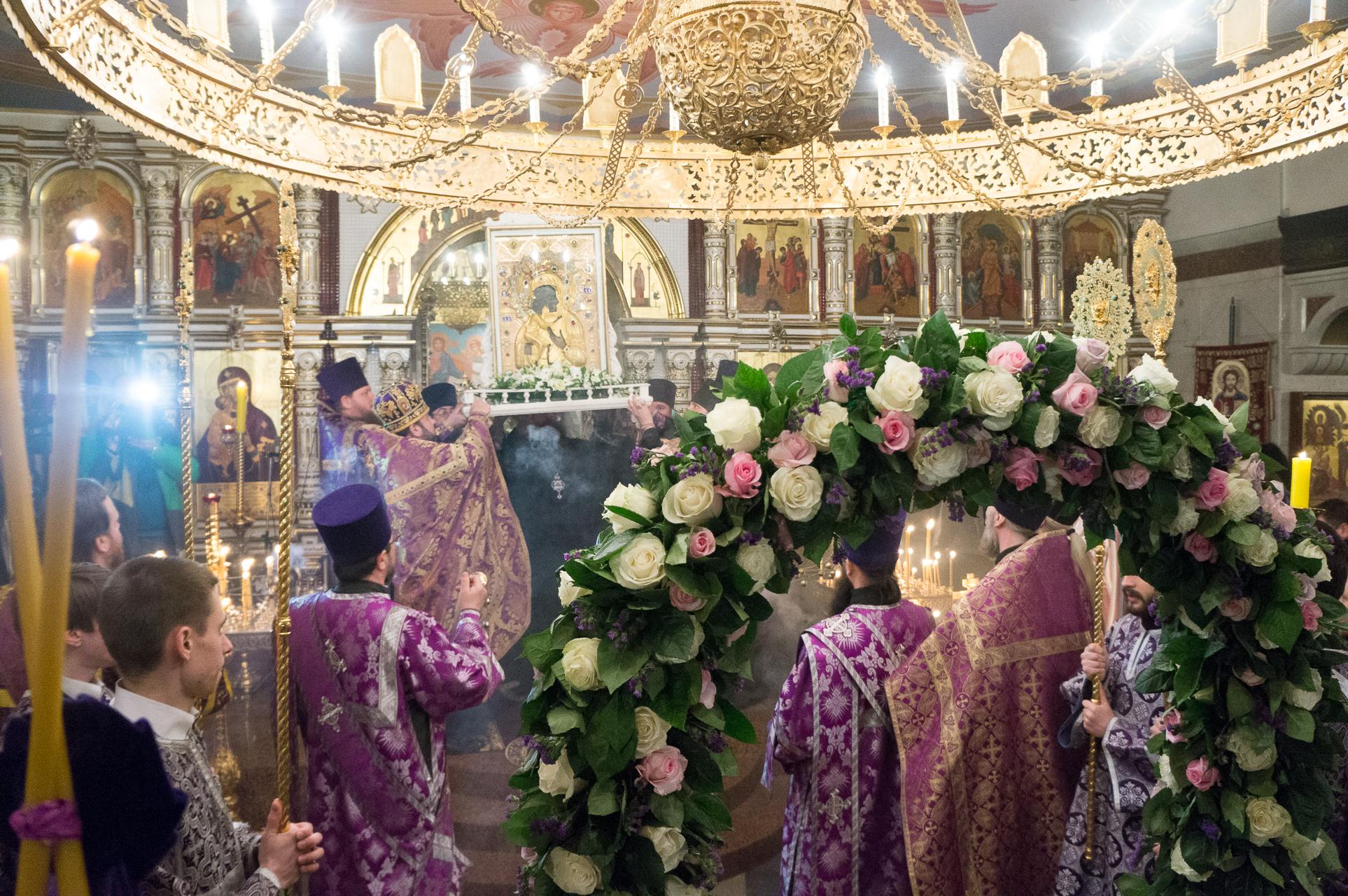 Верующие Екатеринбурга встретили Феодоровскую икону в Храме-на-Крови
