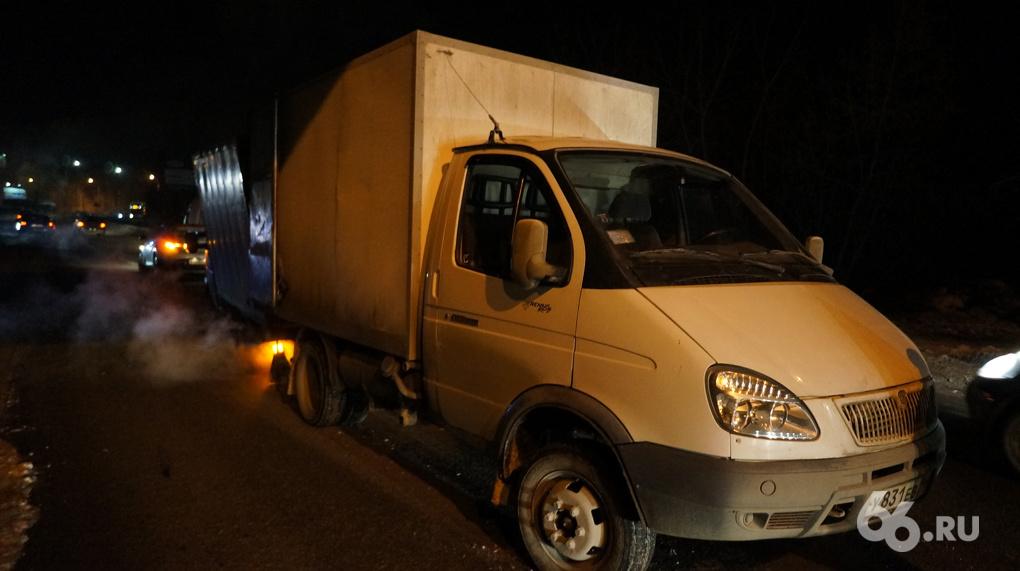 На ЖБИ груженная продуктами «Газель» потеряла колеса