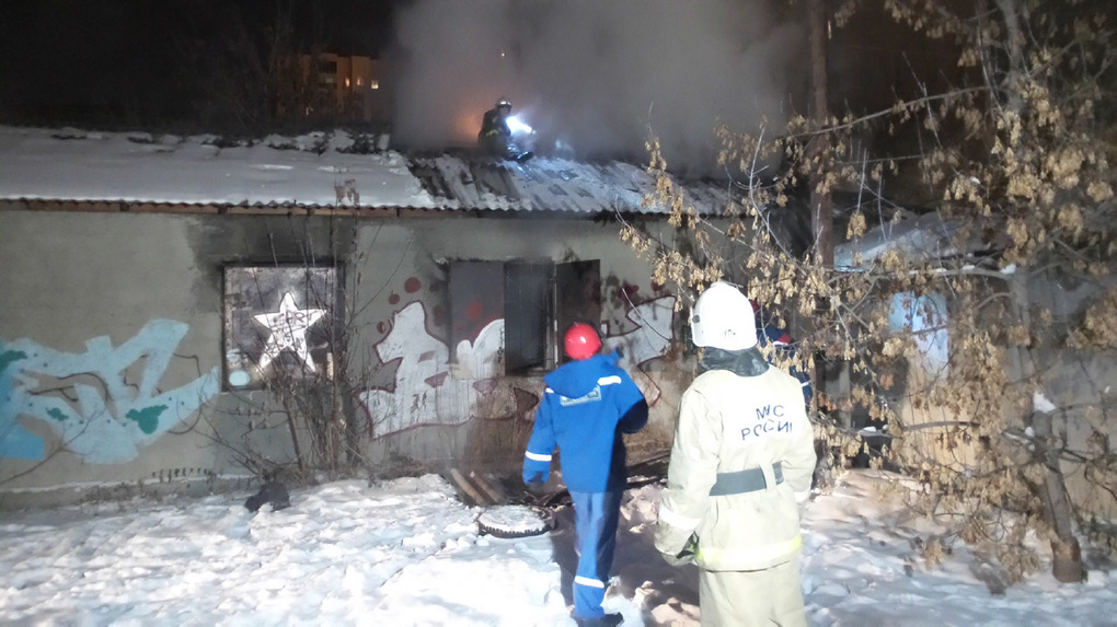 Возле Южного автовокзала сгорел одноэтажный барак