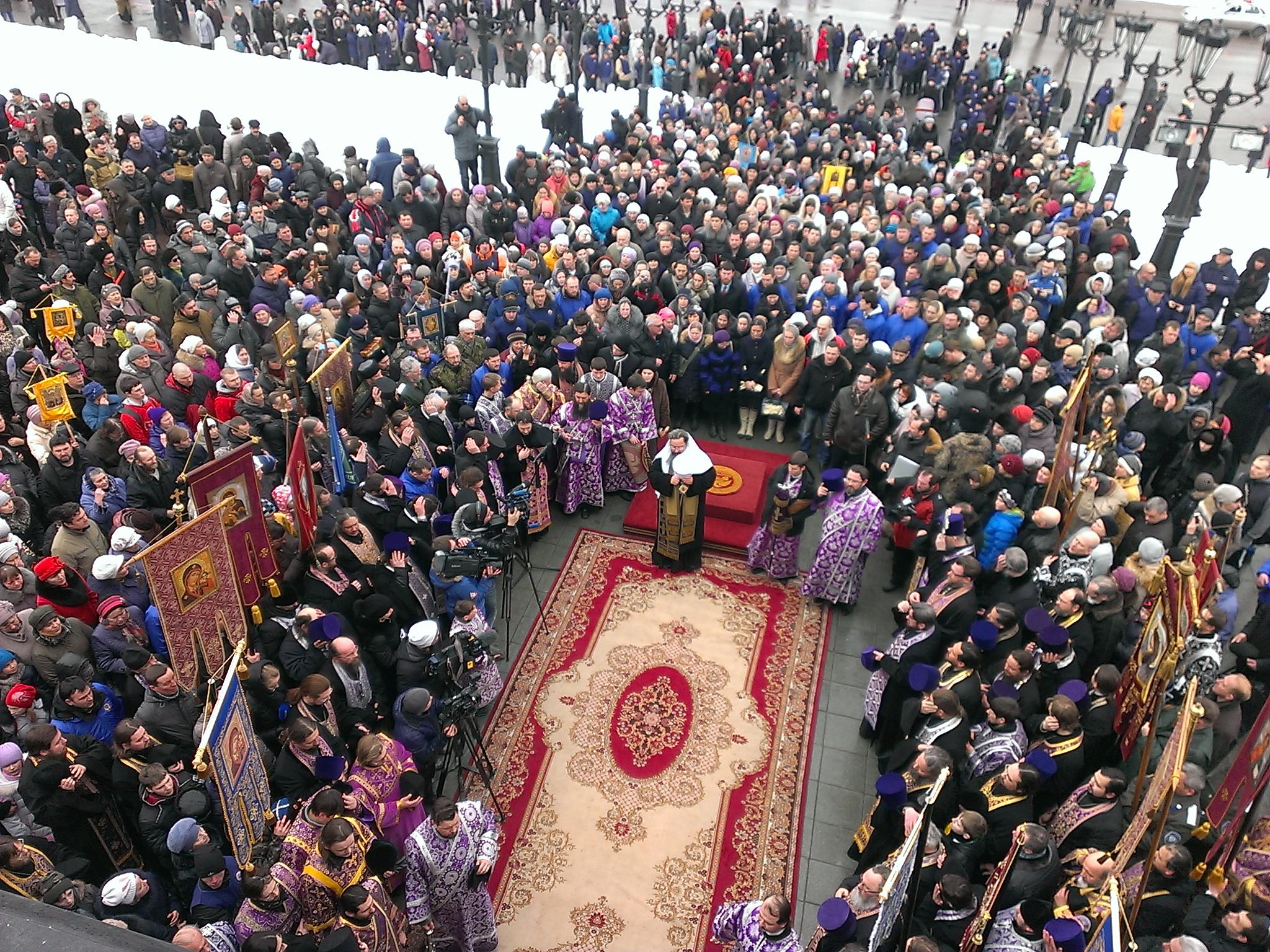 Три тысячи екатеринбуржцев прошли крестным ходом за мир на Украине