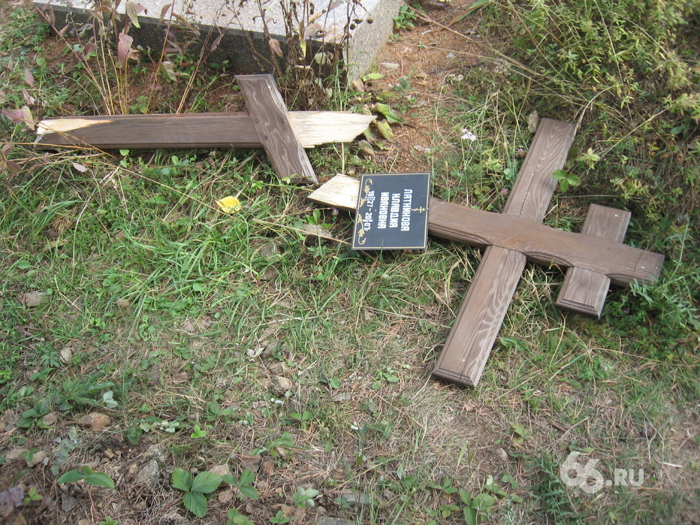 На кладбище под Алапаевском разгромили два десятка надгробий