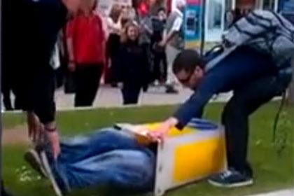 В Британии полиция спасла мужчину, натянувшего дорожную тумбу на голову