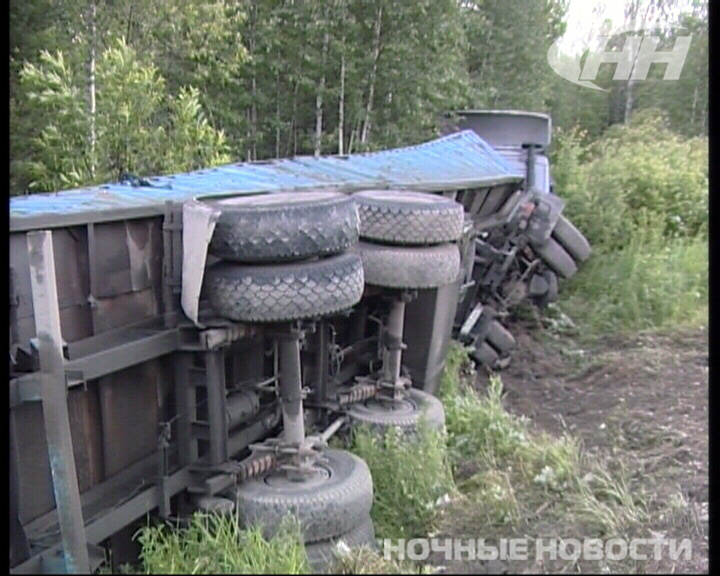 Под Березовским грузовик смял легковушку
