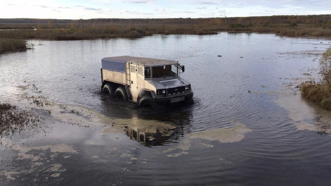 Арктический вездеход «Бурлак» прошел тестирования екатеринбургскими болотами