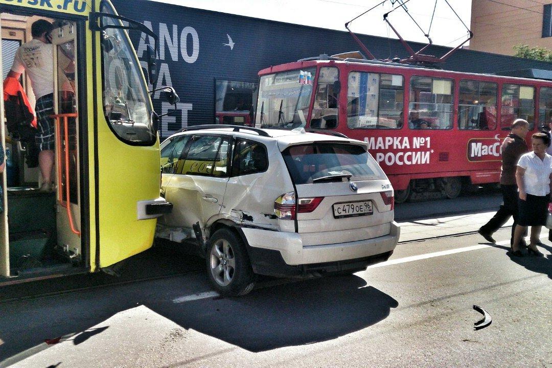 Барышня на BMW остановила трамваи на Радищева