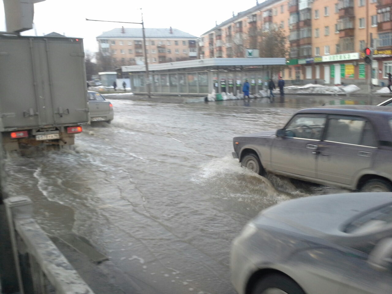 Уральская Венеция: на проспекте Космонавтов разлилась огромная лужа