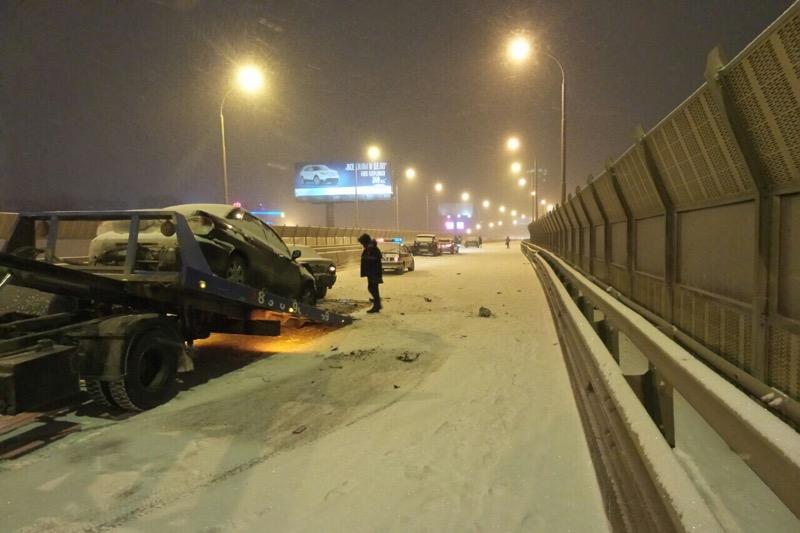 «Затормозить было нереально»! На заснеженном мосту на Московской столкнулись 15 машин