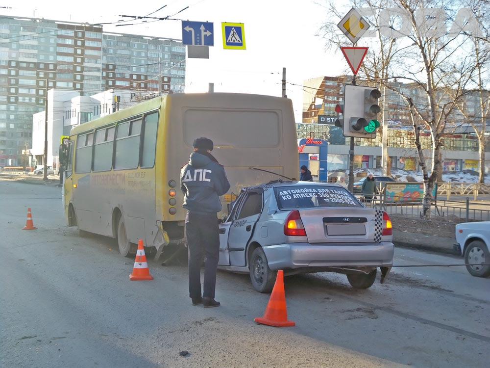 Возле ТЦ «Кит» Hyundai залетел под автобус: водитель легковушки погиб