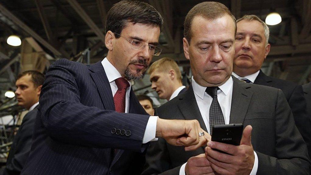 Медведеву навыставке «Импортозамещение» подарили русский телефон, который «неотключат»