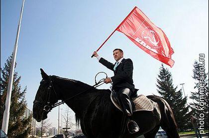 Артюх прибыл на митинг против транспортного налога на коне