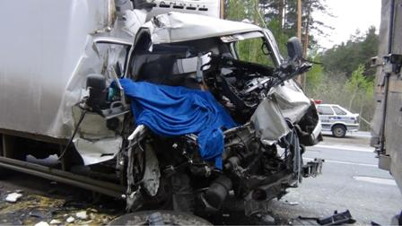 Под Сысертью Hyundai нарвался на остановившийся на обочине КамАЗ