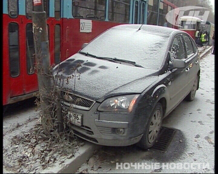 На Вторчермете Ford врезался в трамвайную остановку