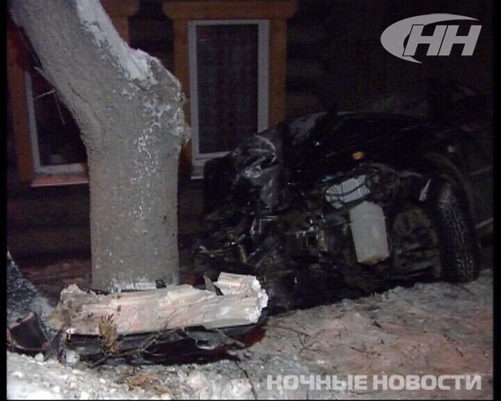 ДТП на Щербакова: дерево помешало иномарке врезаться в жилой дом