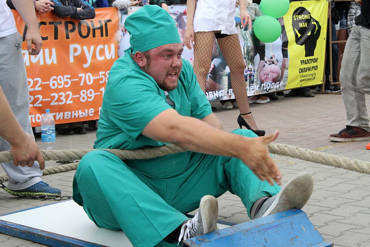 Уральские силачи утащили фургон с лекарствами