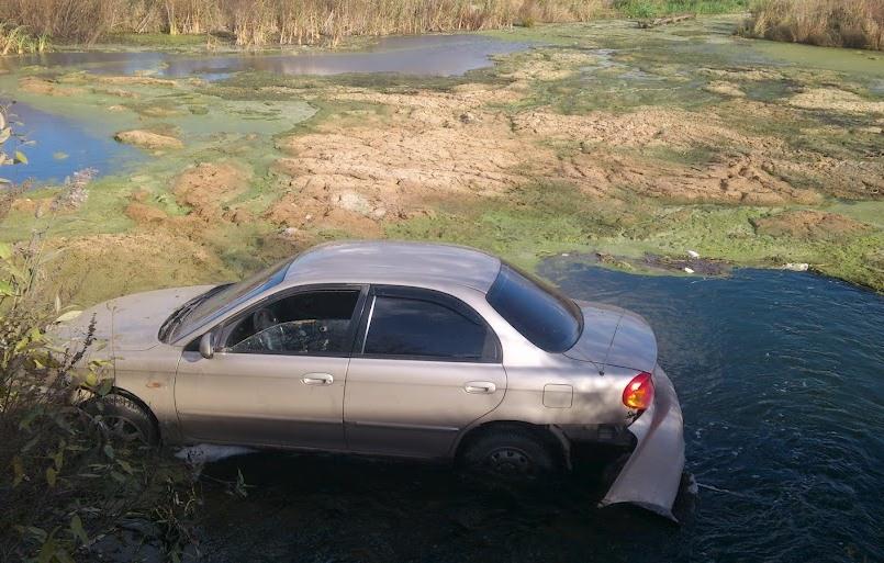 На въезде в Пышму Kia улетела в болото